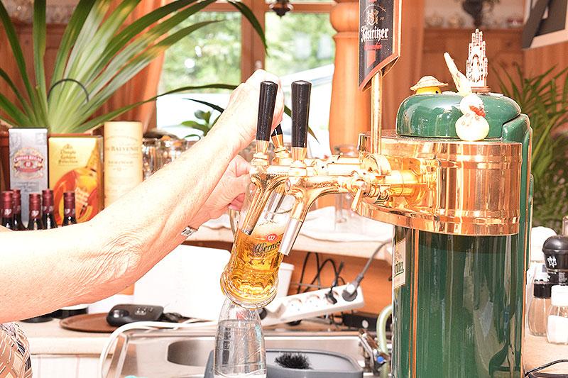 EIn Bierglas wird am Zapfhahn an der Theke gefüllt.