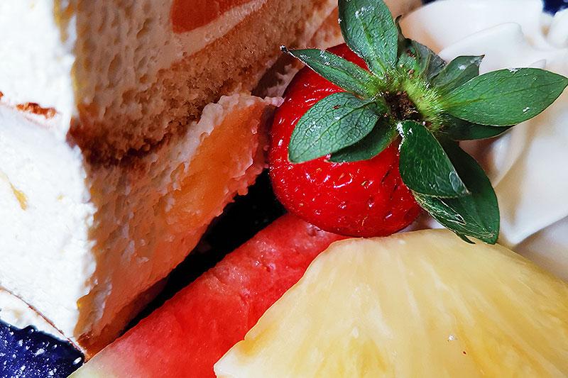 Leckerer Kuchen mit Erdbeeren und Obstbeilage