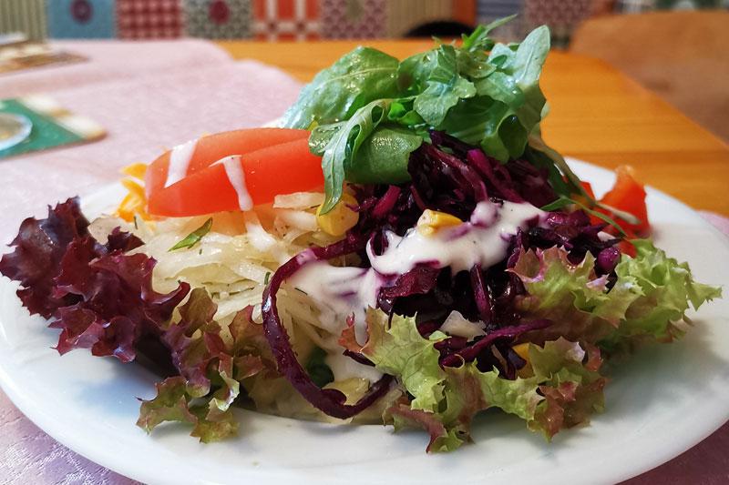 EIn bunter Salatteller im Alten Kaffeehaus ist immer etwas Besonderes.
